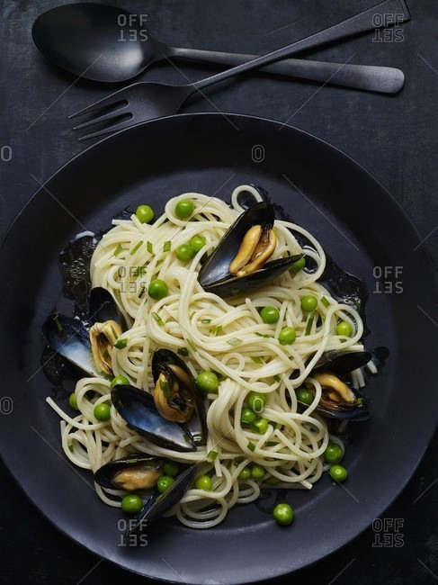 Spaghetti with mussels and peas