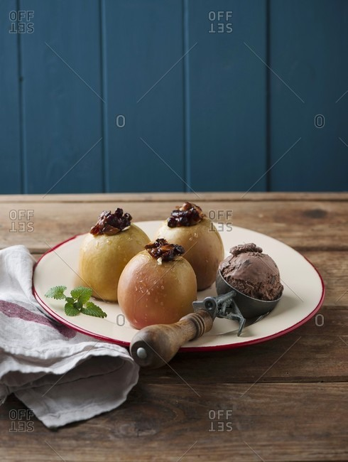 Baked apples with ice cream