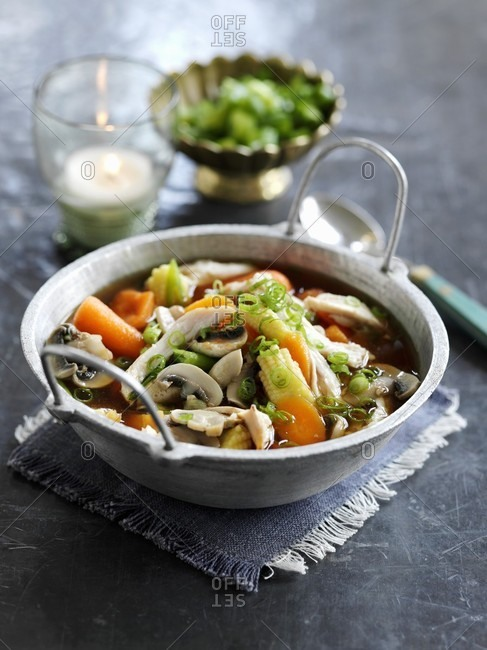 Chicken soup with vegetables and mushrooms (China)