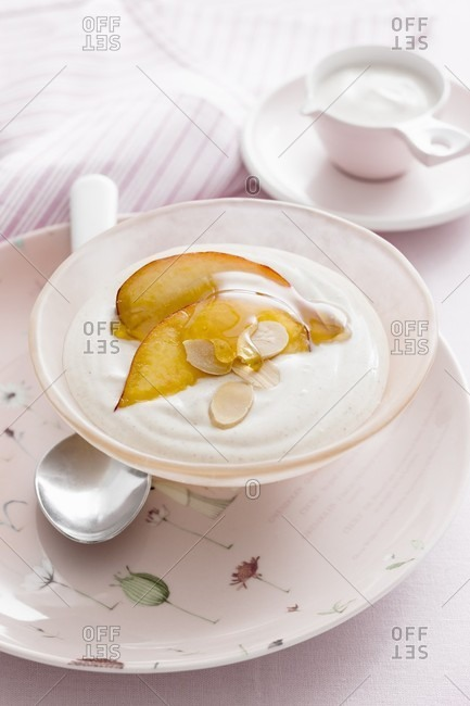 Yoghurt with spices, apple, honey and flaked almonds