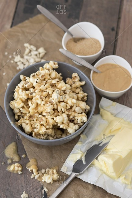 Popcorn flavored with sugar, peanut mousse and butter