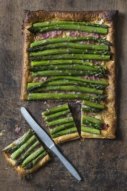Puff pastry tart with asparagus, bacon and cheese