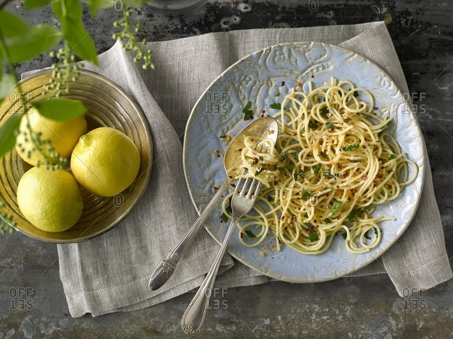 Lemon spaghetti with garlic, chilli flakes and parsley
