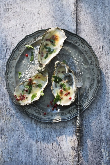 Gratinated oysters with pink pepper
