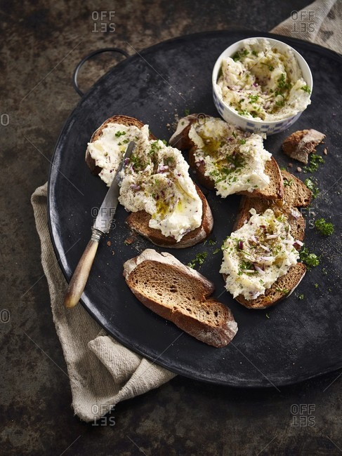 Erdapfelkas (potato salad spread) with bread