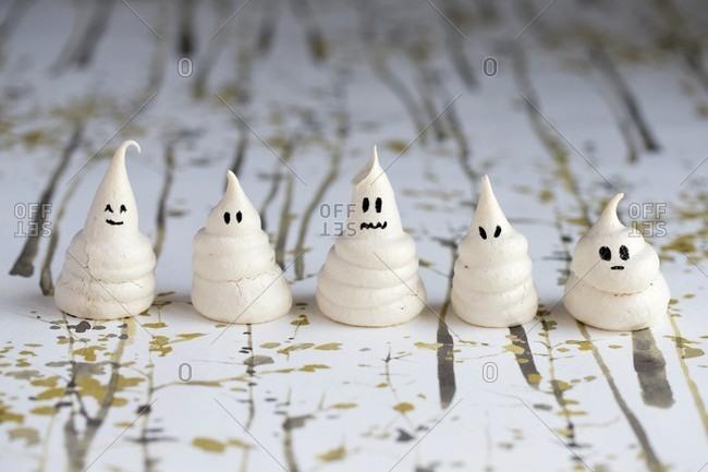 Mini meringue ghosts for Halloween