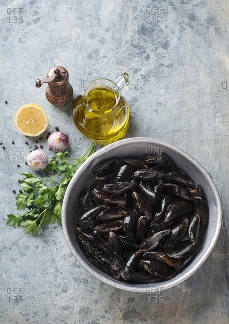 A bowl of fresh mussels (seen from above)