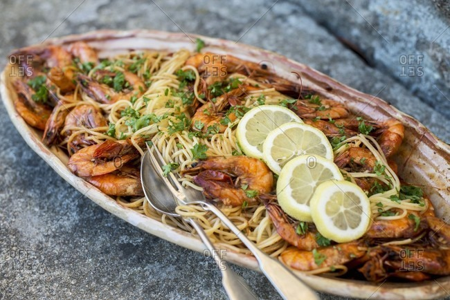 Spaghetti with prawns and lemon slices