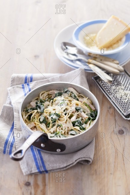 Spaghetti carbonara with chicken and spinach