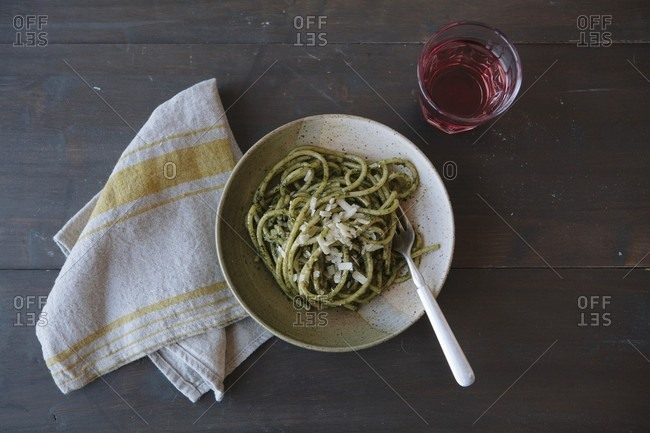 Spaghetti with pesto (seen from above)