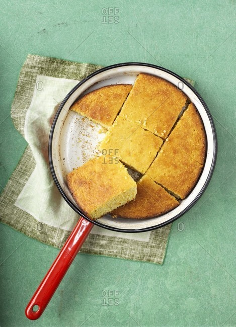 Cornbread in a saucepan - Offset