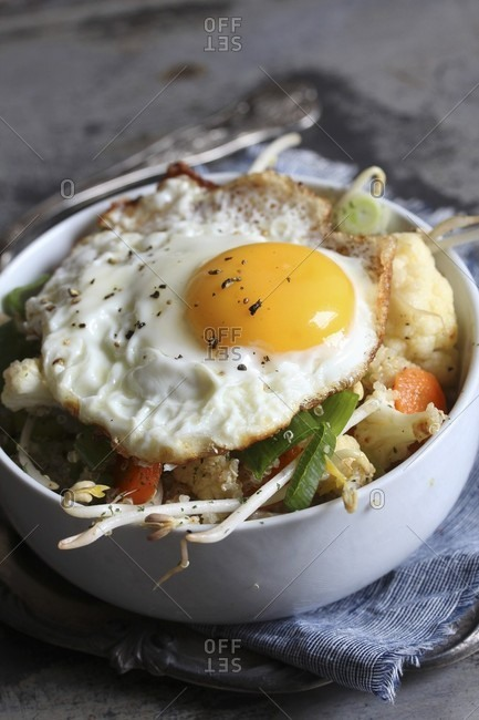 Bulgur with vegetables and fried egg