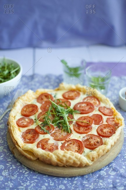Puff pastry tart with red pesto, blue cheese, mozzarella, tomatoes and rocket