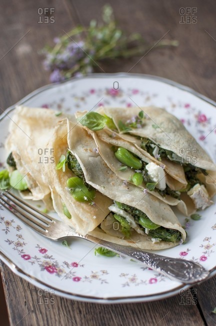Cr�pes with spinach, beans, goat's cheese and herbs