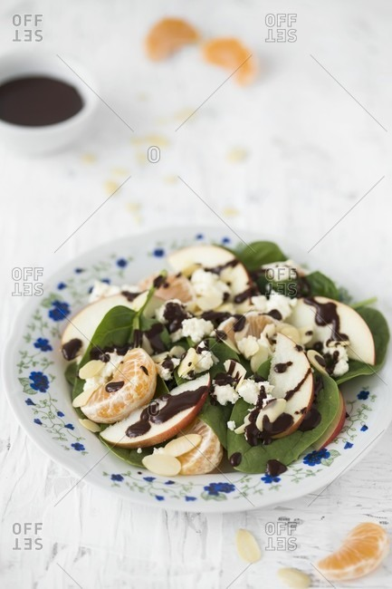 Spinach salad with apples, mandarins; goat's cheese and almond and chocolate vinaigrette