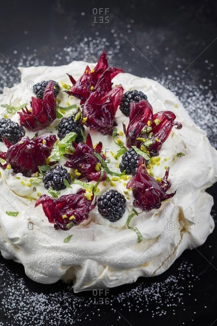 Pavlova with blackberries and hibiscus flowers