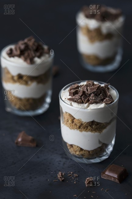 No-bake mini cheesecakes with crushed biscuits and chocolate
