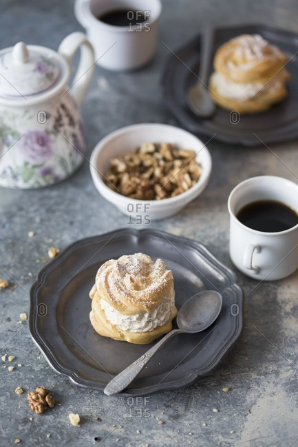 Profiteroles with walnut cream - Offset