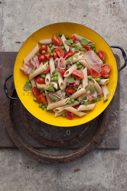 Pasta salad with penne, tomatoes, peas and ham