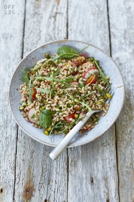 Farro salad with raw vegetables