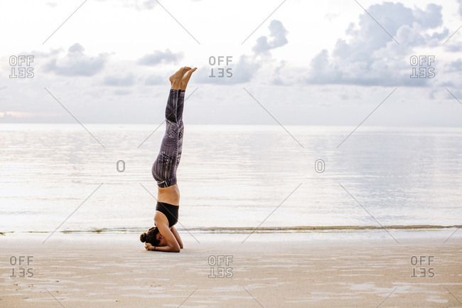 Thailand, Koh Phangan, Sportive woman doing yoga on the beach