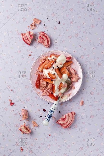 Homemade meringue with strawberry and yogurt