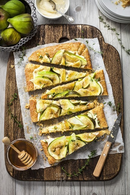 Fig and mascarpone tart with honey and thyme