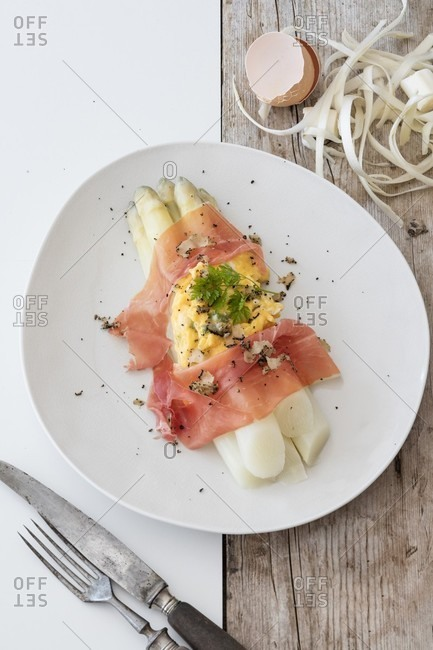 White asparagus with scrambled egg, Parma ham and truffles