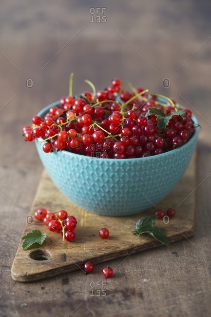 Redcurrants in a turquoise bowl