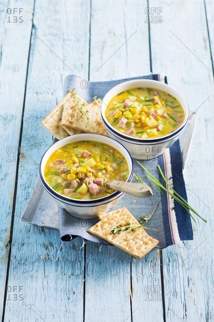 Corn chowder (American sweet corn soup) with diced ham and crackers