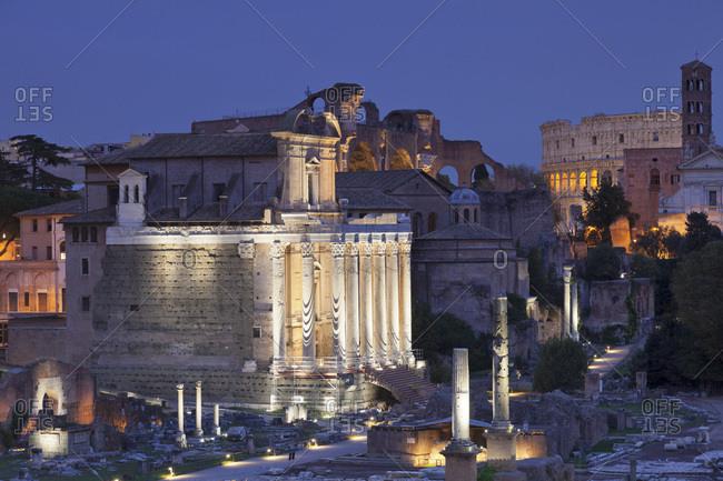 Roman Forum (Foro Romano), Colosseum behind, UNESCO World Heritage Site, Rome, Lazio, Italy, Europe