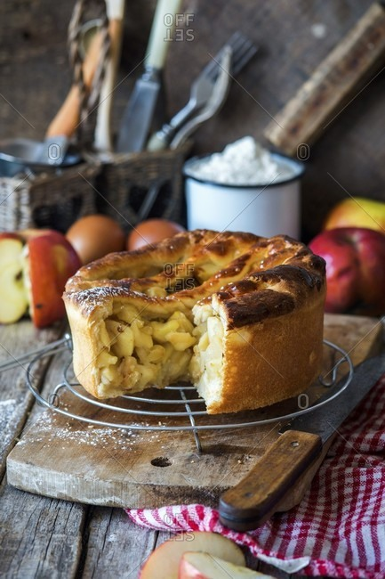 Rustic apple pie with yeast dough