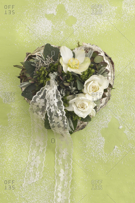 Heart 'winter magic' with white roses and Christmas rose