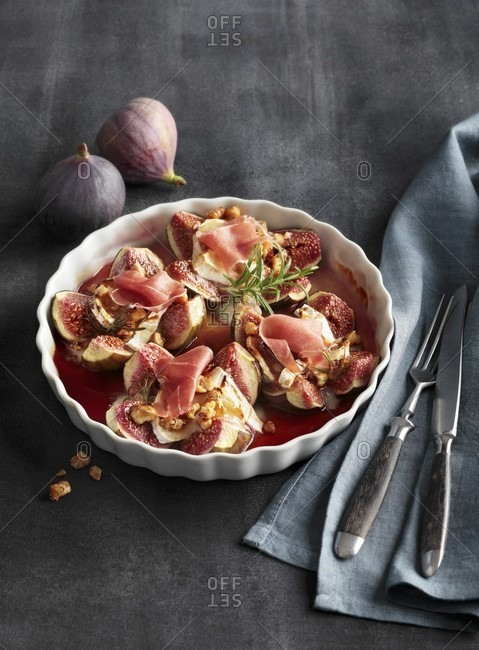 Figs baked with goat's cheese, and raw ham
