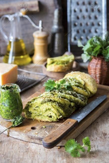 Stinging nettle pesto bread - Offset