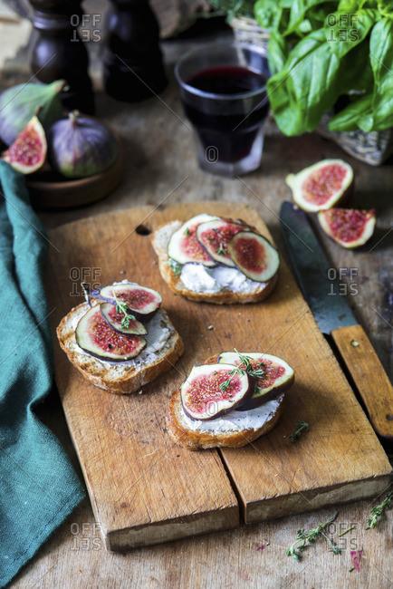 Fig bruschettas with cream cheese