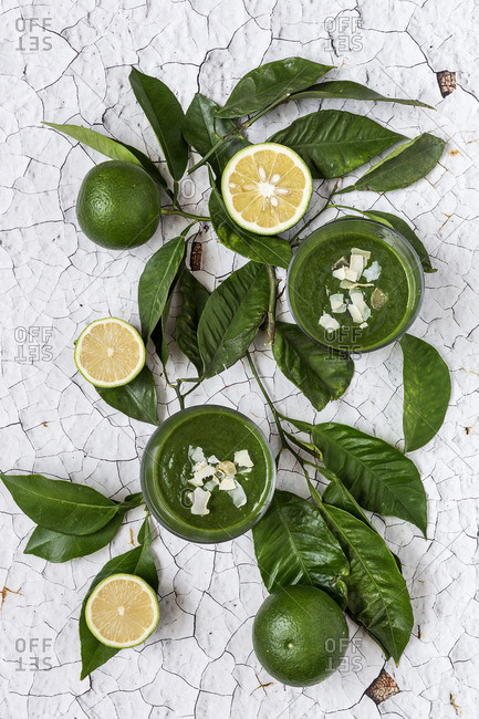 Green detox smoothies with limes
