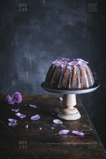 Bundt Cake wit Rose petals