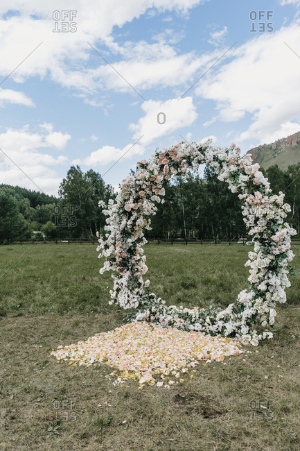 Round floral alter at a country wedding ceremony