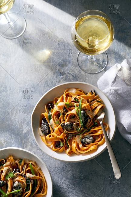 Tomato linguine pasta dish with mushrooms and white wine