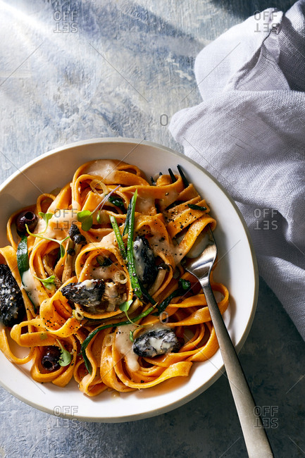 Tomato linguine pasta dish with mushrooms