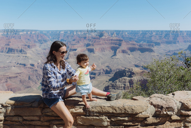 USA- Arizona- Grand Canyon National Park- Grand Canyon Village- mother and little daughter on a wall