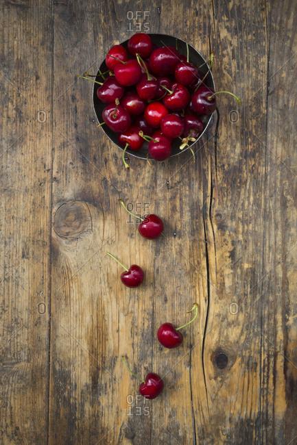 Bowl of cherries on wood