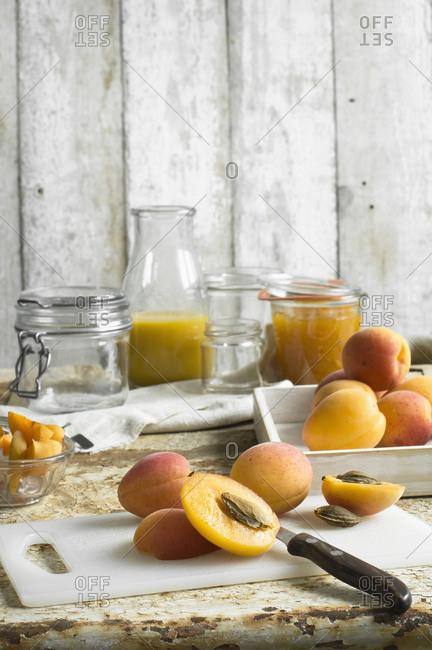 Preparing apricot jam