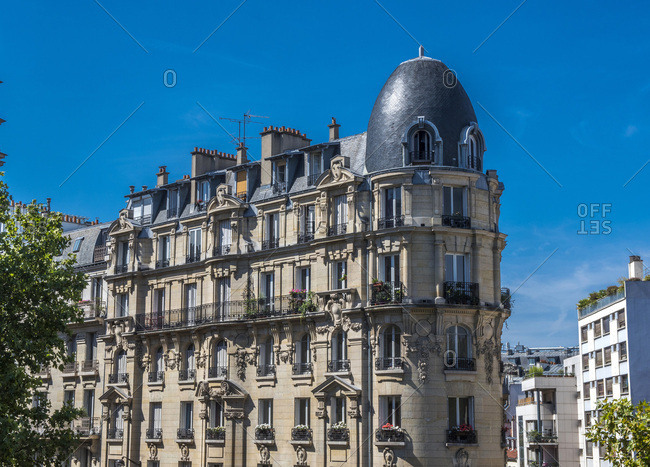 France, Paris 12th district, Haussmannian building seen from the Coulee Verte promenade, rue Michel Chasles