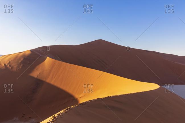 Africa- Namibia- Namib desert- Naukluft National Park- tourists on sand dune 'Big Daddy'