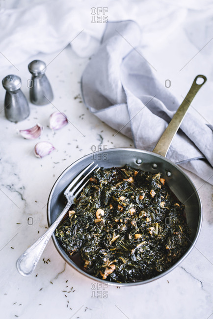 Pan with seaweed and spinach salad