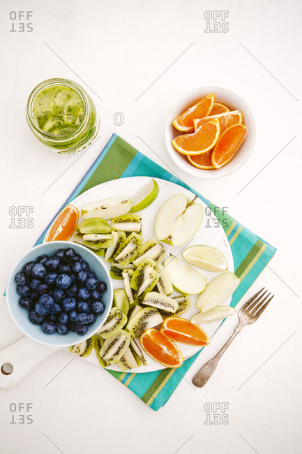 Green juice and sliced fruit