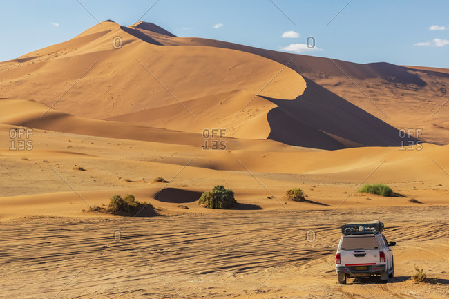 Africa- Namibia- Namib deert- Naukluft National Park- off-road vehicle in front of the sand dune 'Big Daddy'