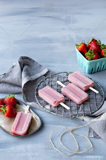 Strawberry popsicles with fresh strawberries